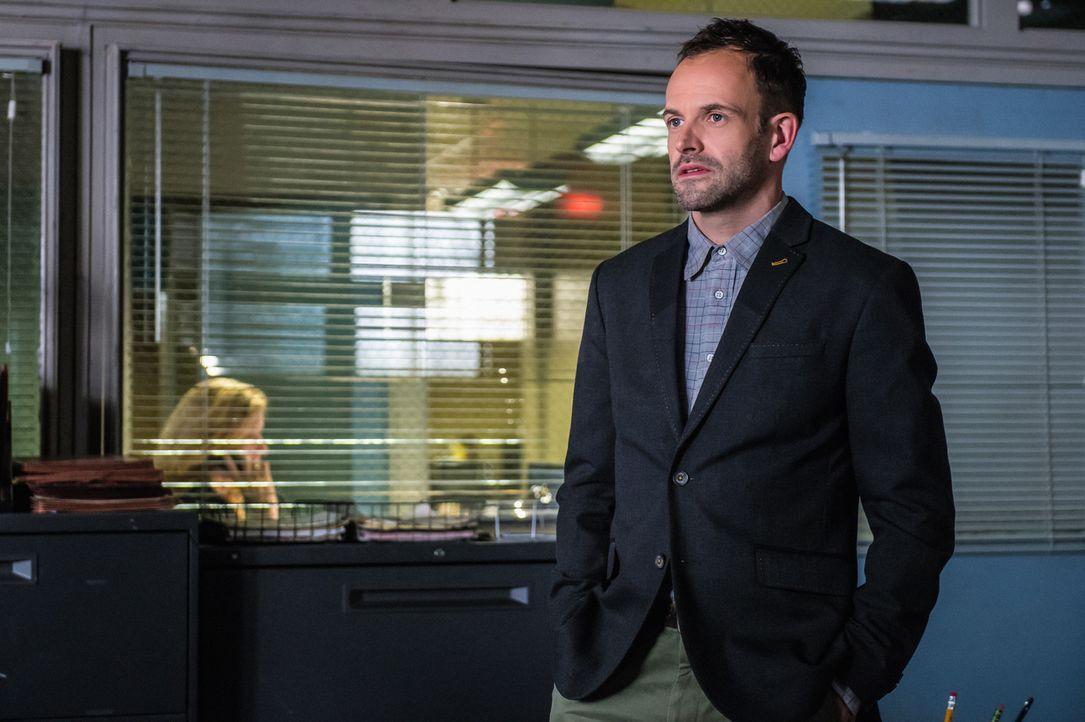 Sherlock Holmes (Jonny Lee Miller) muss die Ermittlungen aufnehmen, als in einem Fass eine Leiche gefunden wird. Die Tötungsart weist seines Erachte... - Bildquelle: CBS Television