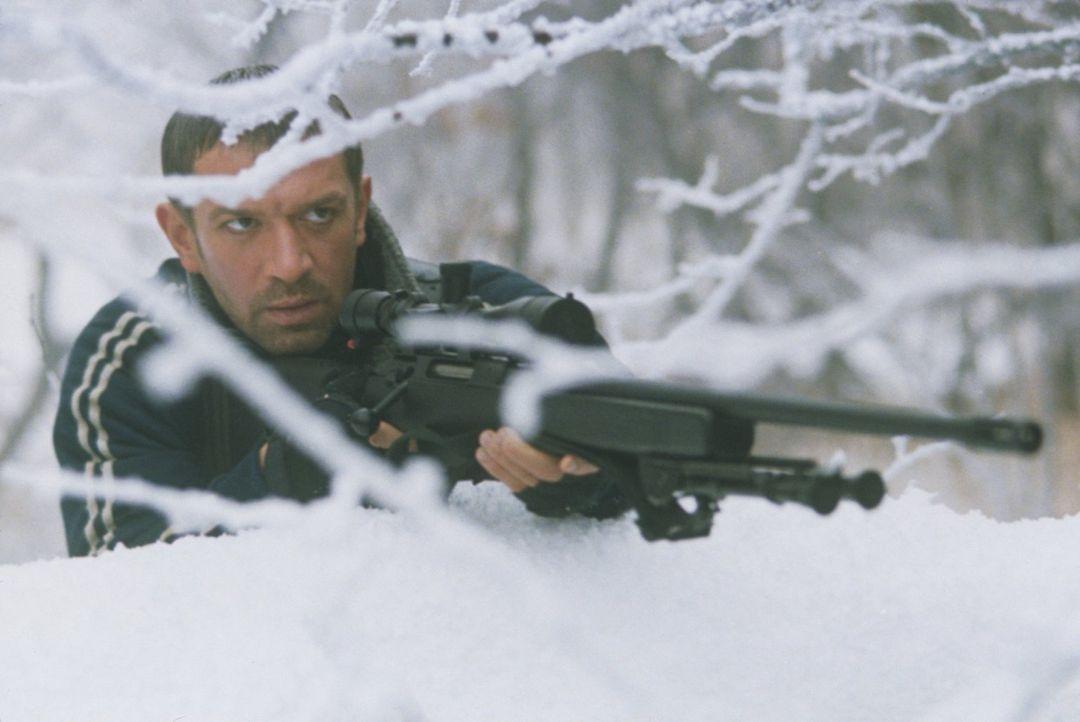 Nachdem ein amerikanisches Aufklärungsflugzeug Aufnahmen von einem Genozid der serbischen Miliz an Moslems gemacht hat, setzen Sasha (Vladimir Mashk... - Bildquelle: 2001 Twentieth Century Fox Film Corporation.  All rights reserved.