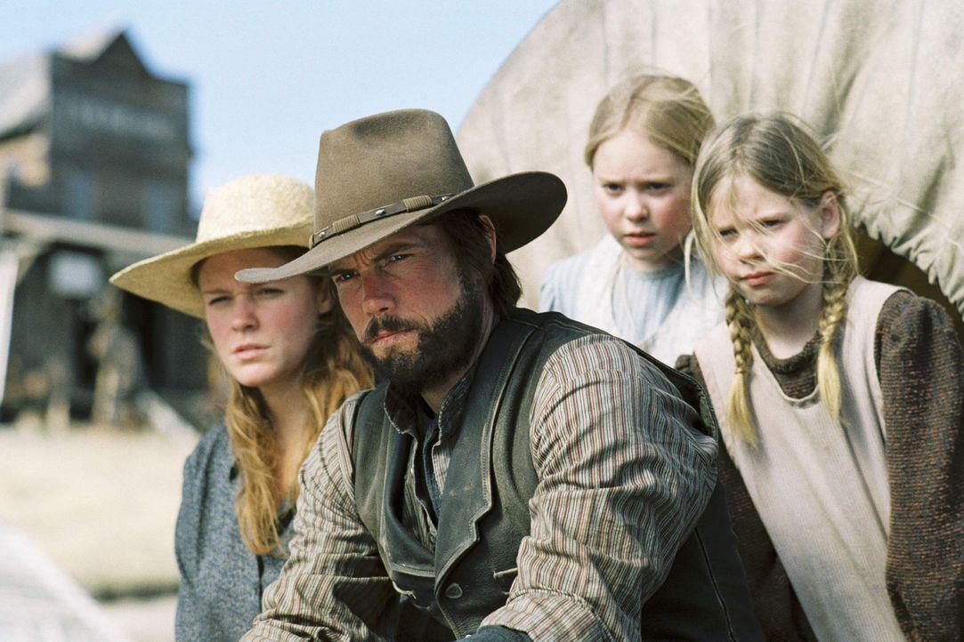Weil sie das Land unrechtmäßig besiedelt haben müssen Caroline (Erin Cottrell, l.), Charles (Cameron Bancroft, 2.v.l.), Mary (Danielle Chuchran,... - Bildquelle: ABC, Inc.