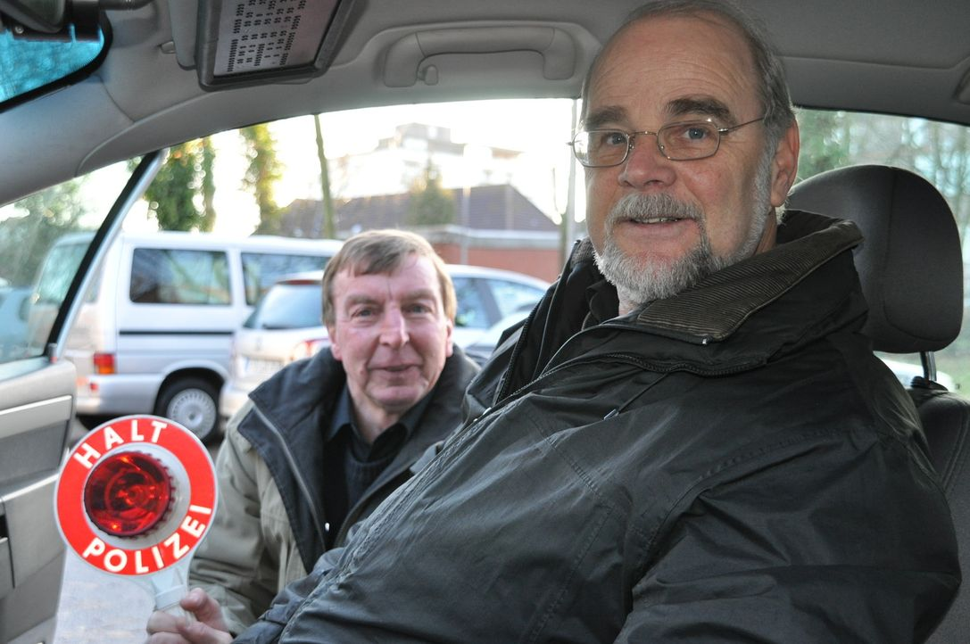 Ingo Jahnke und Johann Schlichtmann von der Polizei in Stade haben alle Hände voll zu tun. - Bildquelle: kabel eins