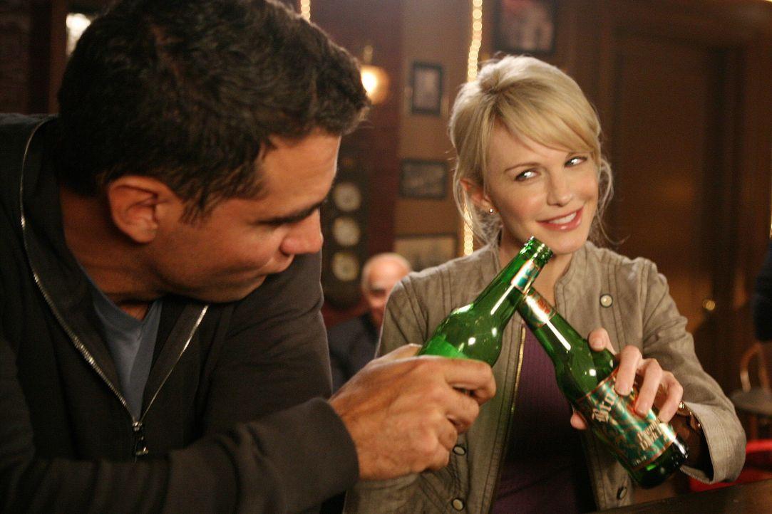 Bahnt sich zwischen Eddie (Bobby Cannavale, l.) und Lilly (Kathryn Morris, r.) etwas an? - Bildquelle: Warner Brothers International Television Distribution Inc.