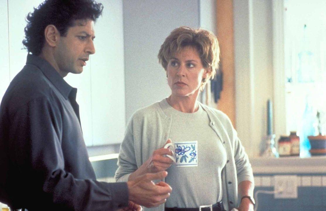 Seit seinem Krankenhausaufenthalt wird Hatch (Jeff Goldblum, l.) von eigenartigen Fantasiebildern gequält, in denen ein mysteriöser Fremder grausa... - Bildquelle: TriStar Pictures