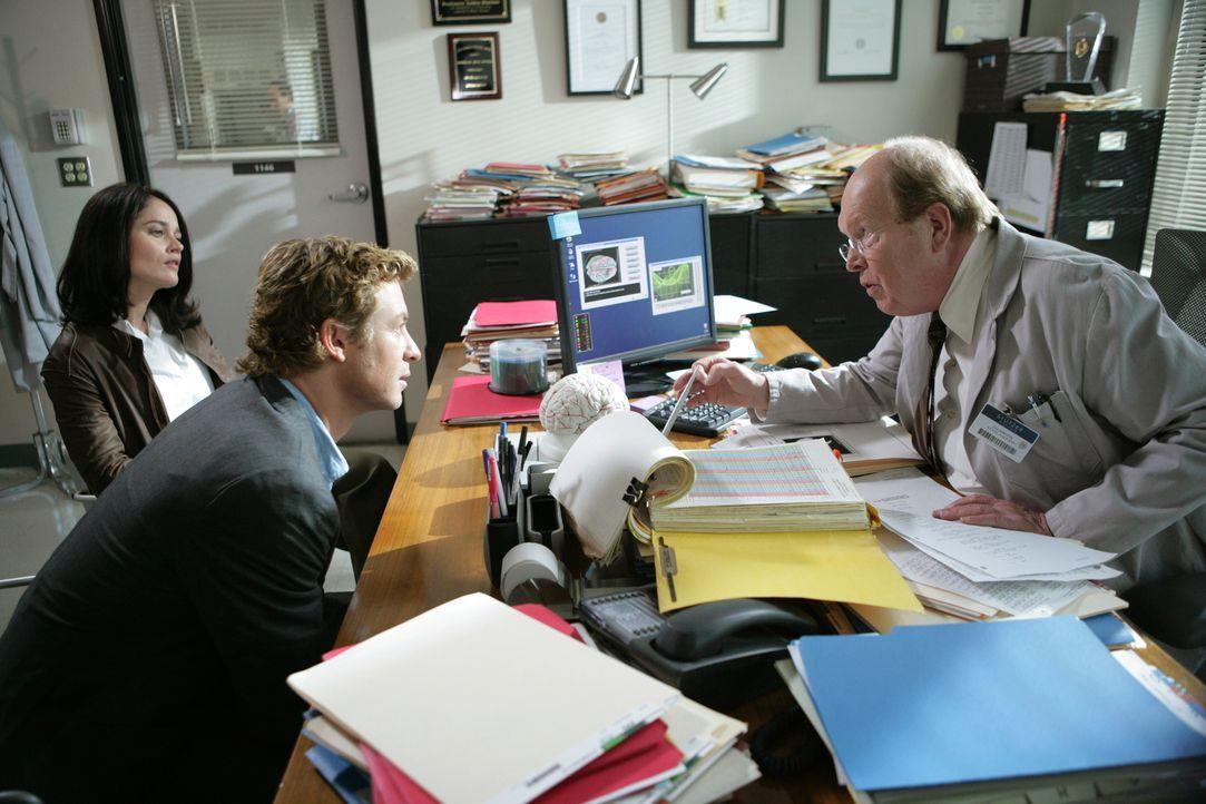 Alex, ein Wissenschaftler im Universitätsinstitut des renommierten Hirnforschers Lewis Stutzer (John Aylward, r.), wird mit Blausäure vergiftet und... - Bildquelle: Warner Bros. Television