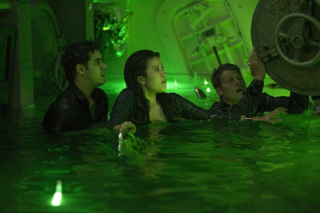 Walter (Elyes Gabel, l.), Happy (Jadyn Wong, M.) und Cabe sollen einen neuen Fall auf einem geheimen U-Boot lösen, bis eine Explosion alle bisherige... - Bildquelle: Sonja Flemming 2015 CBS Broadcasting, Inc. All Rights Reserved.