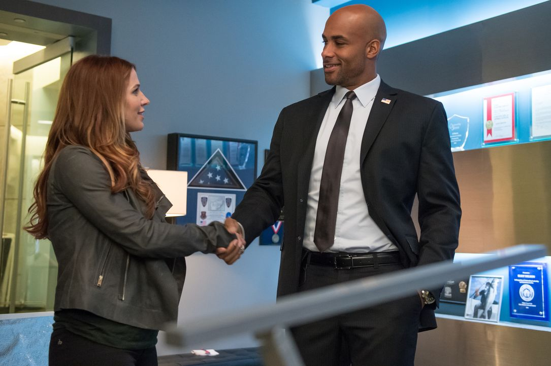 Ermitteln gemeinsam in einem neuen Mordfall: Carrie (Poppy Montgomery, l.) und Agent Frank Simms (Boris Kodjoe, r.) vom Secret Service ... - Bildquelle: 2014 Broadcasting Inc. All Rights Reserved.