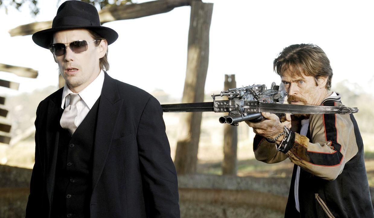 Nehmen den Kampf gegen die brutalen Blutsauger auf: Forscher Edward Dalton (Ethan Hawke, l.) und Ex-Vampir Elvis (Willem Dafoe, r.) ... - Bildquelle: 2010 Tiberius Film GmbH & Co. KG