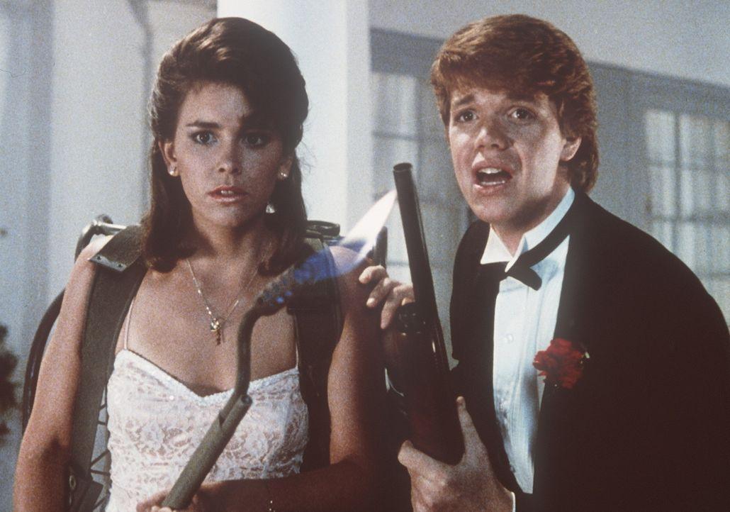 Mit Flinte und Flammenwerfer wollen Cynthia (Jill Whitlow, l.) und Chris (Jason Lively, r.) den Ekelzombies den Garaus machen... - Bildquelle: TriStar Pictures