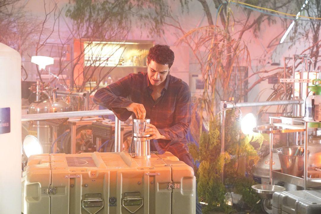 Das Sauerstoffgemisch in einem Labor mit Mars-Biosphäre ruft bei Walter (Elyes Gabel) Erinnerungen wach, an die er sich lieber nicht erinnern sollte... - Bildquelle: Bill Inoshita 2017 CBS Broadcasting, Inc. All Rights Reserved. / Bill Inoshita