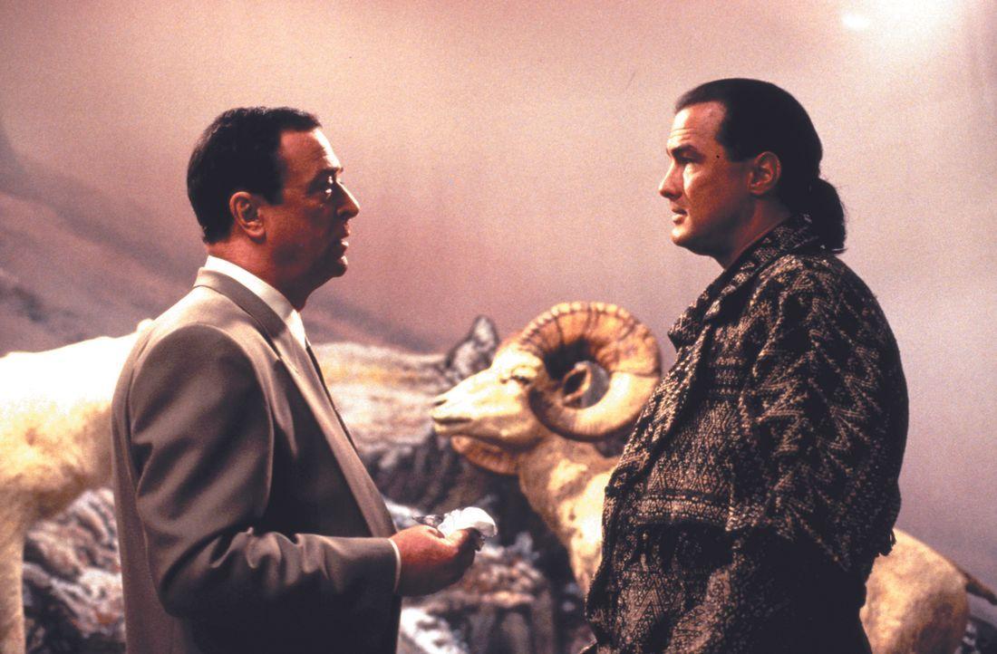 Michael Jennings (Michael Caine, l.) kann nicht glauben, dass der Sprengstoffexperte Forrest Taft (Steven Seagal, r.) auf einmal nicht mehr für ihn... - Bildquelle: Warner Bros.
