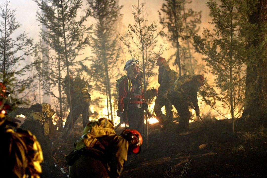Unermüdlich versuchen Clay Harding (Scott Foley) und seine Männer zu den eingeschlossenen Touristen vorzudringen. Doch das Feuer lässt sich nicht ei...