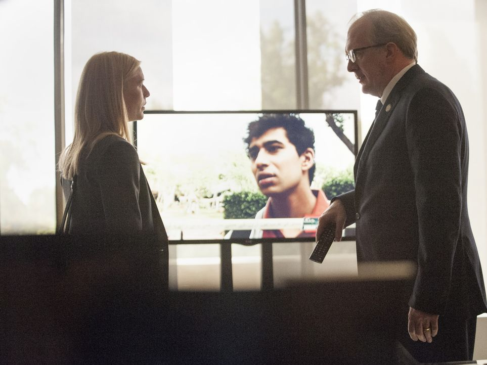 Nach dem Drohnenangriff muss sich Carrie (Claire Danes, l.) vor CIA-Chef Lockhart (Tracy Letts, r.) rechtfertigen - doch dann macht sie eine schocki... - Bildquelle: 2014 Twentieth Century Fox Film Corporation