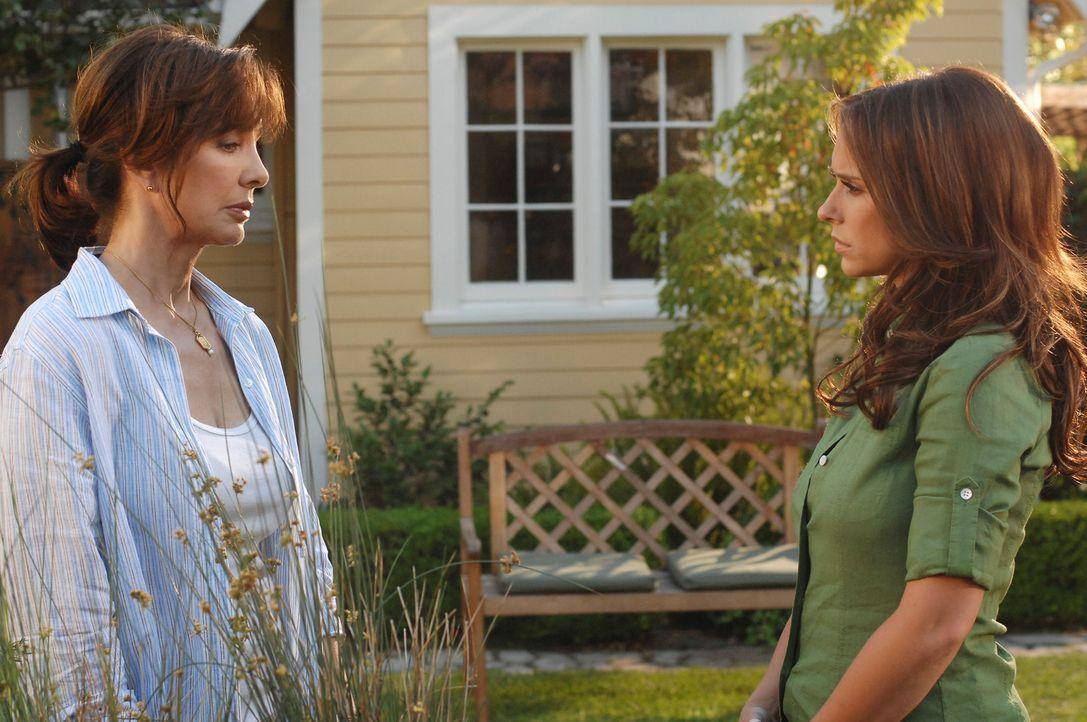 Hat Beth (Anne Archer, l.) etwas mit dem Geist zu tun, der Melinda (Jennifer Love Hewitt, r.) seit dem sie aus dem Krankenhaus entlassen wurde, verf... - Bildquelle: ABC Studios