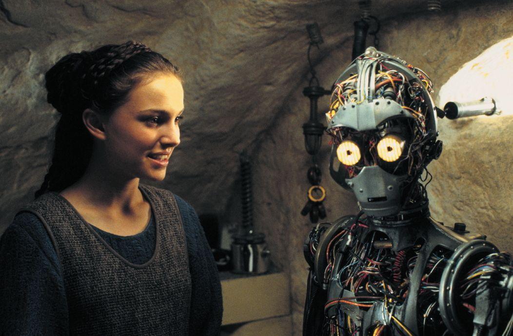 Da ihr Raumschiff bei der Flucht beschädigt wurde, müssen Naboo-Königin Amidala (Natalie Portman, l.) und ihre mutigen Jedis auf Tatooine notlanden.... - Bildquelle: 1999 Lucasfilm Ltd. & TM All rights reserved Used with permission