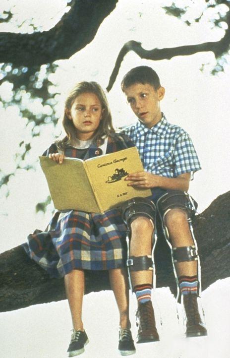 Als Kind kann sich Forrest (Michael Conner Humphreys, r.) aufgrund seiner Rückgratverkrümmung nur mittels eines Schienenkorsetts fortbewegen. Alle... - Bildquelle: Paramount Pictures