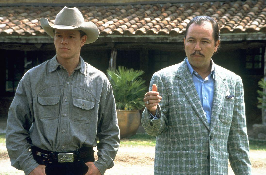 Auf der Ranch des reichen Pferdezüchters Don Rocha (Ruben Blades, r.), erhalten John (Matt Damon, l.) und Lacey Arbeit ... - Bildquelle: Sony Pictures Entertainment