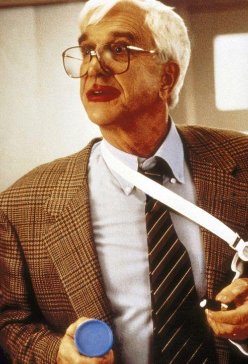 Lt. Frank Drebin (Leslie Nielsen) kann sich einfach nicht mit seiner Pensionierung abfinden ... - Bildquelle: Paramount Pictures