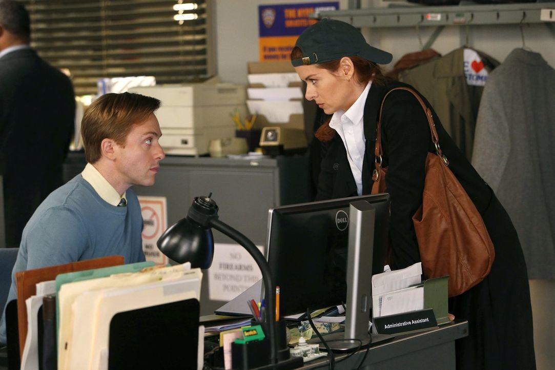 Max (Max Jenkins, l.) bekommt einen ganz besonderen Auftrag von Laura (Debra Messing, r.) ... - Bildquelle: Warner Bros. Entertainment, Inc.