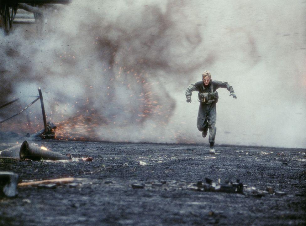 Auf der Flucht vor der serbischen Miliz: Lieutenant Chris Burnett (Owen Wilson) ... - Bildquelle: 2001 Twentieth Century Fox Film Corporation.  All rights reserved.