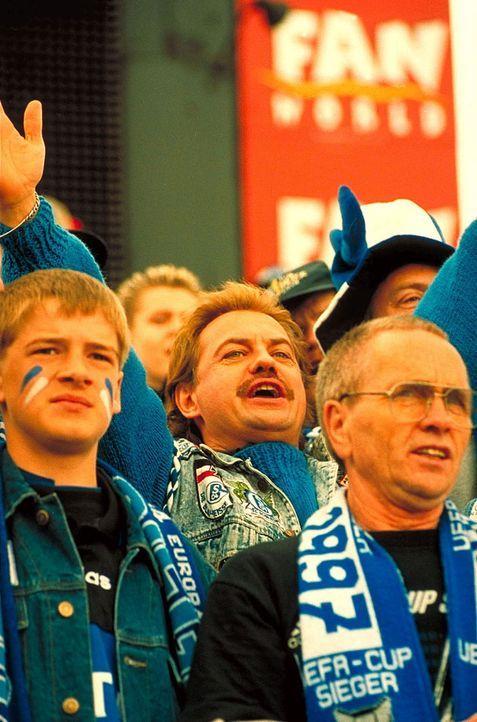 Hans (Uwe Ochsenknecht, M.) ist arbeitslos, verschuldet und mit Leib und Seele Fan des FC Schalke 04. Für ein Siegtor des südamerikanischen Stürmers... - Bildquelle: Seven Pictures