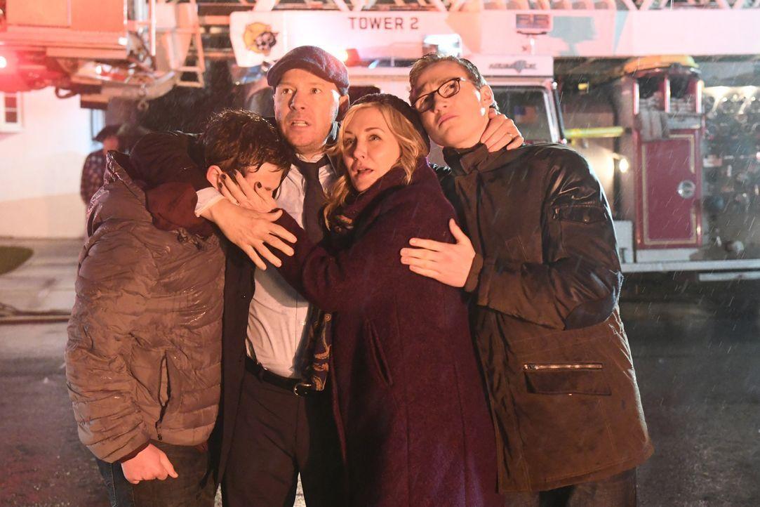 Egal was kommt, um seine Kinder Jack (Tony Terraciano, l.) und Sean (Andrew Terraciano, r.) und seine Frau Linda (Amy Carlson, 2.v.r.) zu beschützen... - Bildquelle: 2017 CBS Broadcasting, Inc. All Rights Reserved