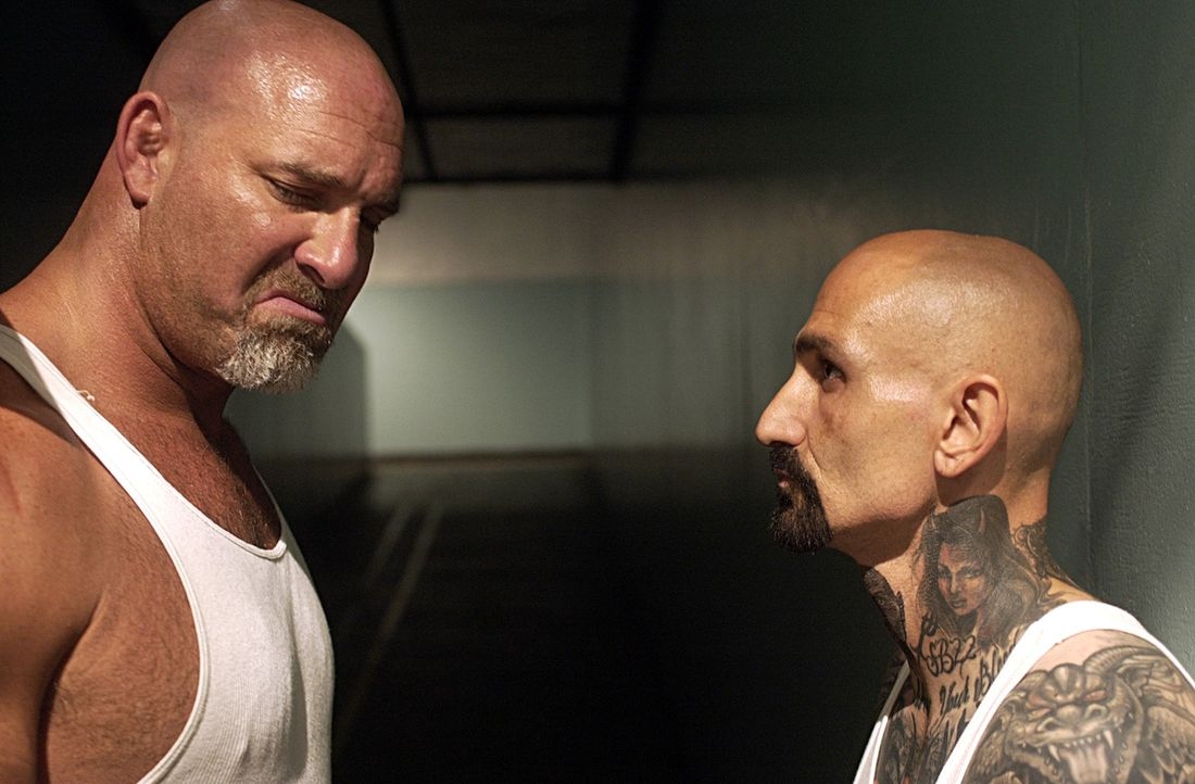 Als während eines Aufstandes im Gefängnis Burks (Bill Goldberg, l.) Tochter als Geisel genommen wird, versucht er durch seinen Mithäftling Rivera (R... - Bildquelle: 2007 Sony Pictures Home Entertainment Inc. All Rights Reserved.