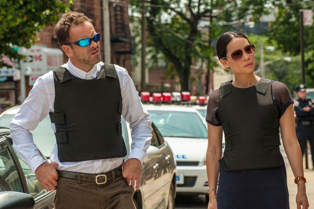 Als sie die Leiche eines ehemaligen Auftragsmörders finden, setzen Sherlock Holmes (Jonny Lee Miller, l.) und Joan Watson (Lucy Liu, r.) alles daran... - Bildquelle: CBS Television