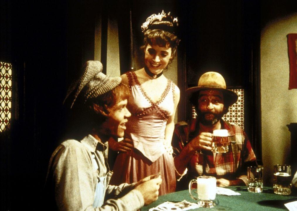 Johnny (Mitch Vogel, l.) hat eine Glückssträhne. Mimi (Jane Alice Brandon, M.) und Mr. Edwards (Victor French, r.) freuen sich mit ihm. - Bildquelle: Worldvision