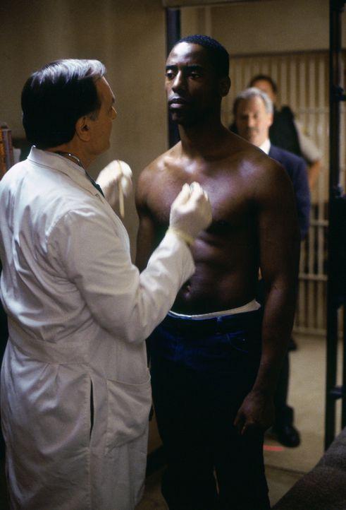 Unvorbereitet wird Steve Everett beauftragt, am Tag der Hinrichtung ein Interview mit Frank Beachum (Isaiah Washington, M.), einem zu Tode Verurteil... - Bildquelle: Warner Bros.