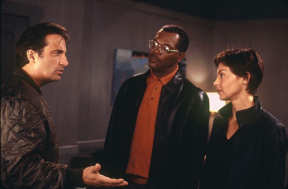 Der Polizeipräsident John Mills (Samuel L. Jackson, M.) hat entschieden, dass Jessica (Ashley Judd, r.) bei den Ermittlungen als Lockvogel dienen so... - Bildquelle: Paramount Pictures