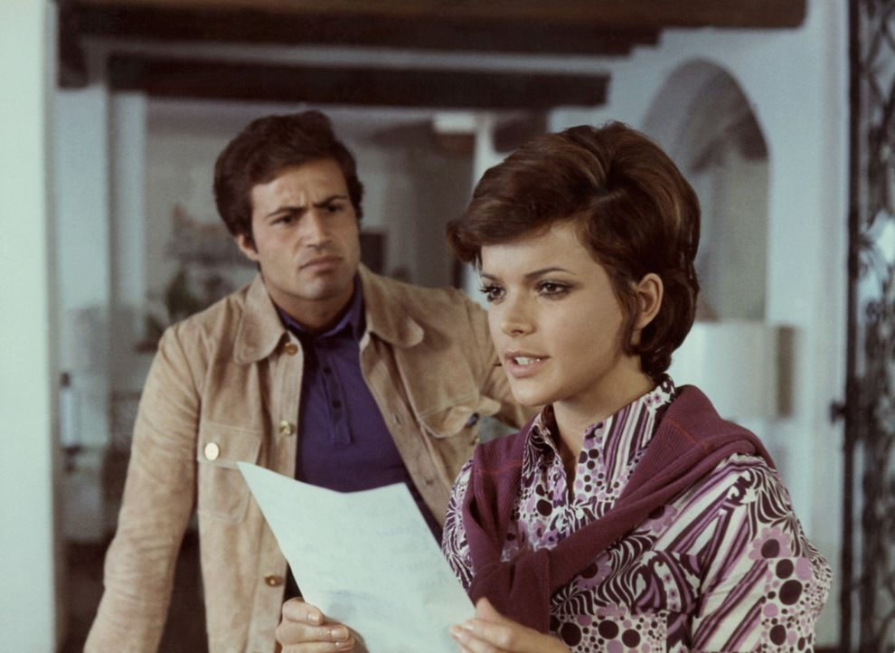 Giulia (Uschi Glas, r.) und ihr Mann Mario (Antonio Sabato, l.) haben einen weiteren Hinweis auf den Frauenmörder gefunden ... - Bildquelle: Constantin Film