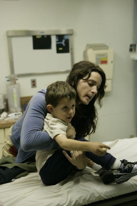 Mara (Michele Hicks, r.) sorgt sich um ihren kranken Sohn. Stellt sie die Gesundheit ihres Sohnes vor ihre Angst von der Polizei erwischt zu werden? - Bildquelle: 2007 Twentieth Century Fox Film Corporation. All Rights Reserved.