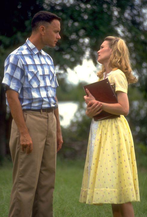 Forrest (Tom Hanks, l.) ist auf der Suche nach seiner Sandkastenliebe Jenny (Robin Wright, r.), um ihr einen Heiratsantrag zu machen. Obwohl er imme... - Bildquelle: Paramount Pictures