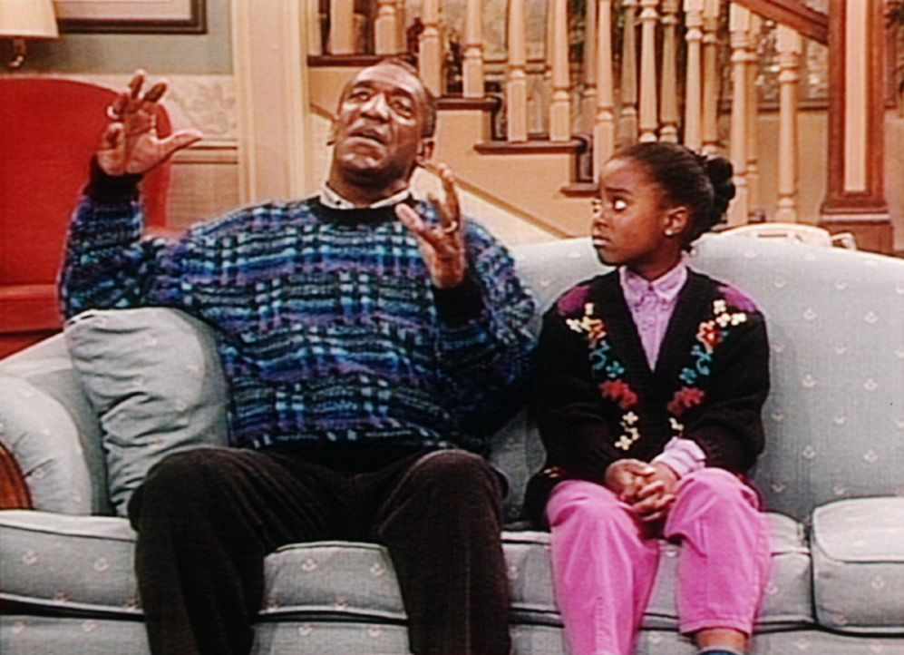 Cliff (Bill Cosby, l.) versucht, der liebeskranken Rudy (Keshia Knight Pulliam, r.) das seltsame Verhalten ihres Angebeteten zu erklären. - Bildquelle: Viacom