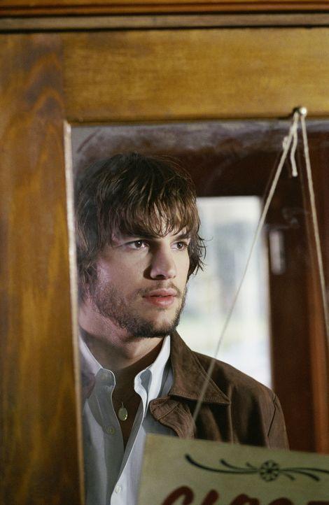 Evan (Ashton Kutcher) entdeckt, dass er sich bei Konzentration auf das Geschriebene zurück in die entscheidenden Momente seiner Kindheit versetzen k... - Bildquelle: Warner Brothers