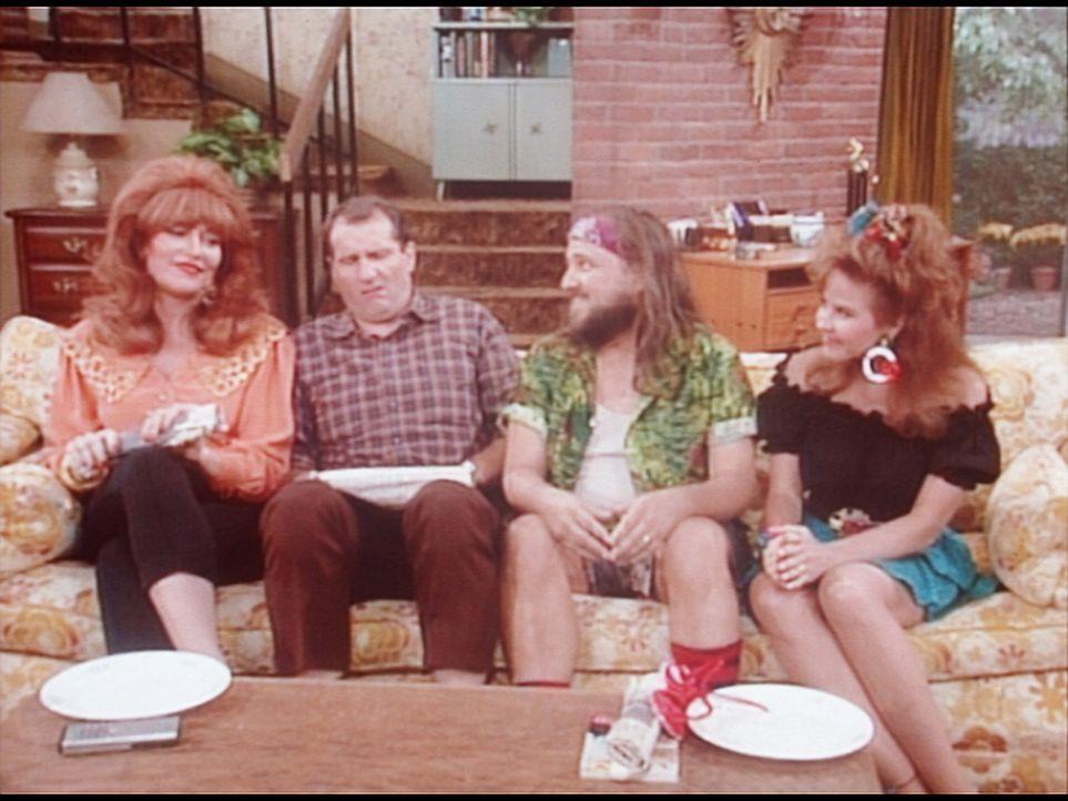 (v.l.n.r.) Peggy (Katey Sagal) und Al (Ed O'Neill) haben Besuch von Peggys Verwandten Zemus (Bobcat Goldthwait) und Ida Mae (Linda Blair). - Bildquelle: Columbia Pictures
