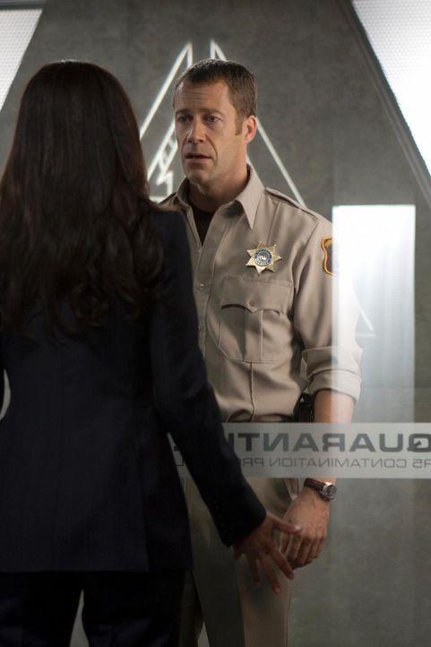 Die Zeitverschiebung: Allison (Salli Richardson-Whitfield, l.) und Carter (Colin Ferguson, r.) ... - Bildquelle: Universal Television