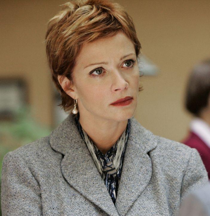 Während eines Empfangs, zu dem hochkarätige Gäste, unter anderem auch die Chefin des NCIS, Jenny Shepard (Lauren Holly), eingeladen sind, stürzt ein... - Bildquelle: CBS Television