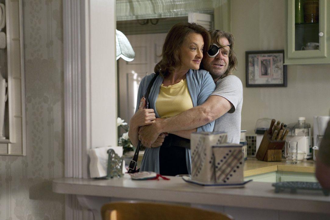 Eddie Jackson ist tot. Anlass für Frank (William H. Macy, r.), Sheila (Joan Cusack, l.) zu verraten und zu versuchen, die Lebensversicherung ihres v... - Bildquelle: 2010 Warner Brothers
