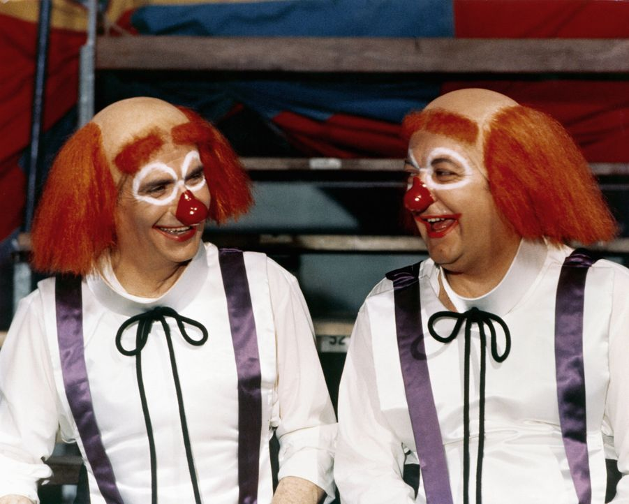 Führen ein Doppelleben, nicht ahnend, dass sie schon bald auffliegen werden: Charles (Louis de Funès, l.) und sein Sohn Gérard (Coluche, r.) ... - Bildquelle: Kinowelt GmbH