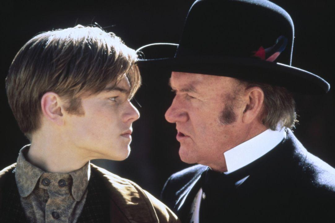 Der junge Kid (Leonardo DiCaprio, l.) wartet seit Jahren darauf, sich mit dem hemmungslosen Bürgermeister Herod (Gene Hackman, r.) bei dem skurrile... - Bildquelle: Columbia TriStar Film