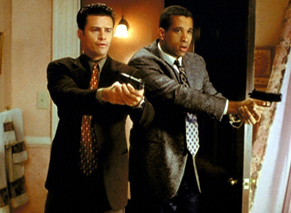 Andy Trudeau (T. W. King, l.) und Darryl Morris (Dorian Gregory, r.) haben Schreie im Haus der Halliwells gehört ... - Bildquelle: Paramount Pictures
