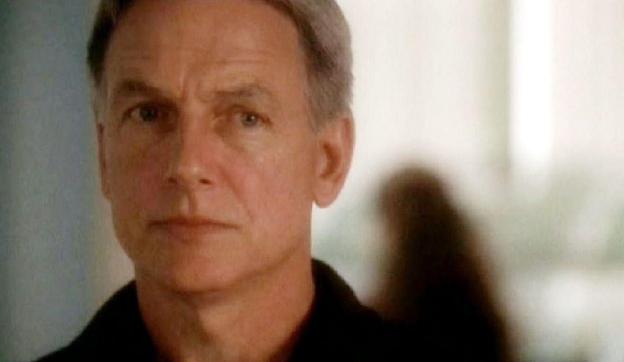 Special Agent Gibbs (Mark Harmon) entdeckt, dass sein ehemaliger Ausbilder Mike Franks der Vater des im Schnee gefundenen Corporals ist ... - Bildquelle: CBS Television