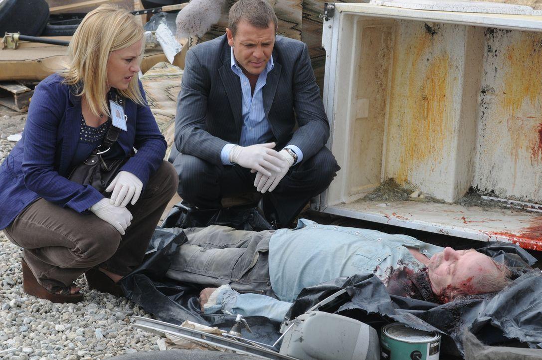 Ein grausamer Anblick bietet sich Allison (Patricia Arquette, l.) und Detective Lee Scanlon (David Cubitt, M.) am Tatort ... - Bildquelle: Paramount Network Television