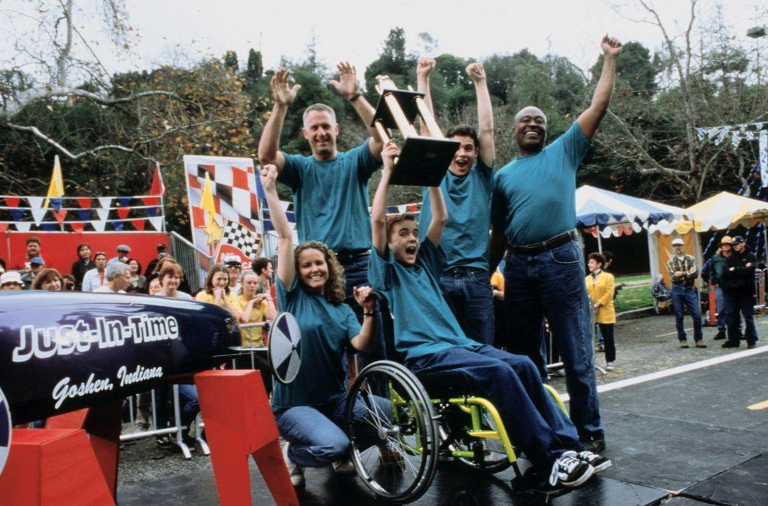 Ein Sieg auf ganzer Linie: Justin (Frankie Muniz, 3.v.r.) und seine Crew (Roger Aaron Brown, r., Patrick Levis, 2.v.r., Rick Rossovich, 2.v.l., Moll... - Bildquelle: Disney