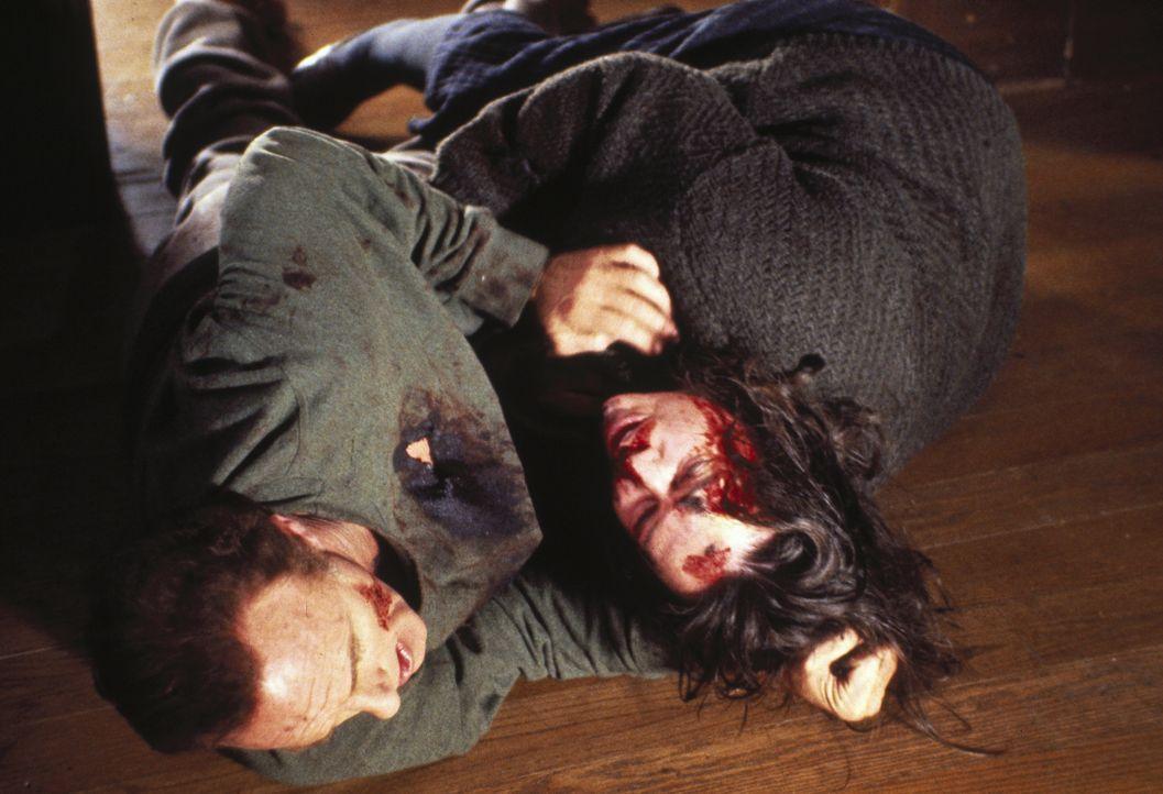 Es kommt zum bitterlichen Kampf zwischen Paul Sheldon (James Caan, l.) und Annie (Kathy Bates, r.) .... - Bildquelle: Castle Rock Entertainment