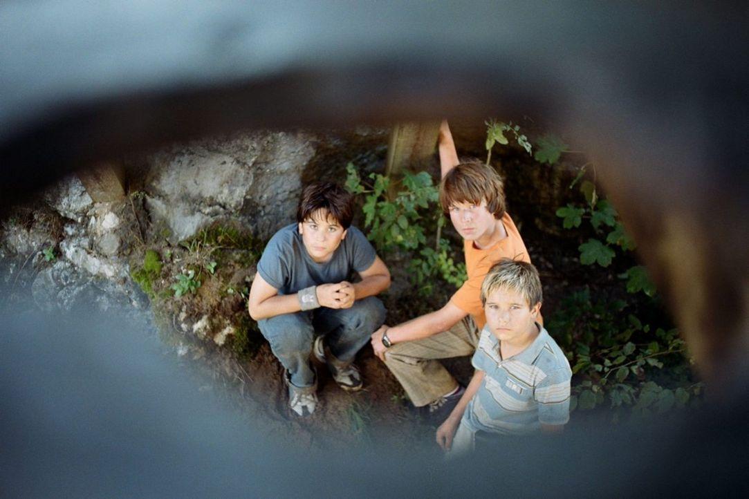"""Stevie (Tamino-Turgay zum Felde, l.), Jan (David Bode, M.) und Basti (Kevin Köppe, r.) begeben sich auf die Suche nach dem """"Schatz der weißen Falk... - Bildquelle: Tom Trambow Little Shark Entertainment GmbH"""