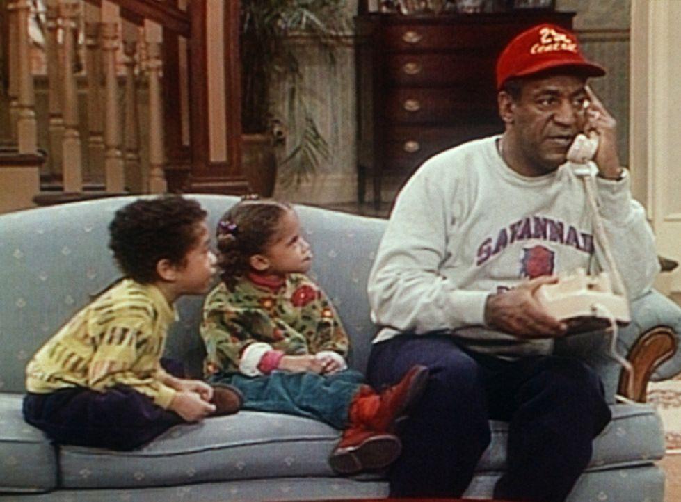Als Cliff (Bill Cosby, r.) genug von seinen Enkelkindern Winnie (Jessica Vaughn, M.) und Nelson (Gary Grey, l.) hat, ruft er den Weihnachtsmann an,... - Bildquelle: Viacom