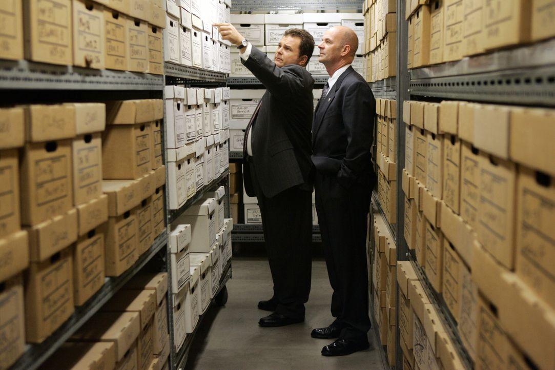 Eine bereits geschlossene Akte wird erneut geöffnet: Nick (Jeremy Ratchford, l.) und John (John Finn, l.) ... - Bildquelle: Warner Bros. Television