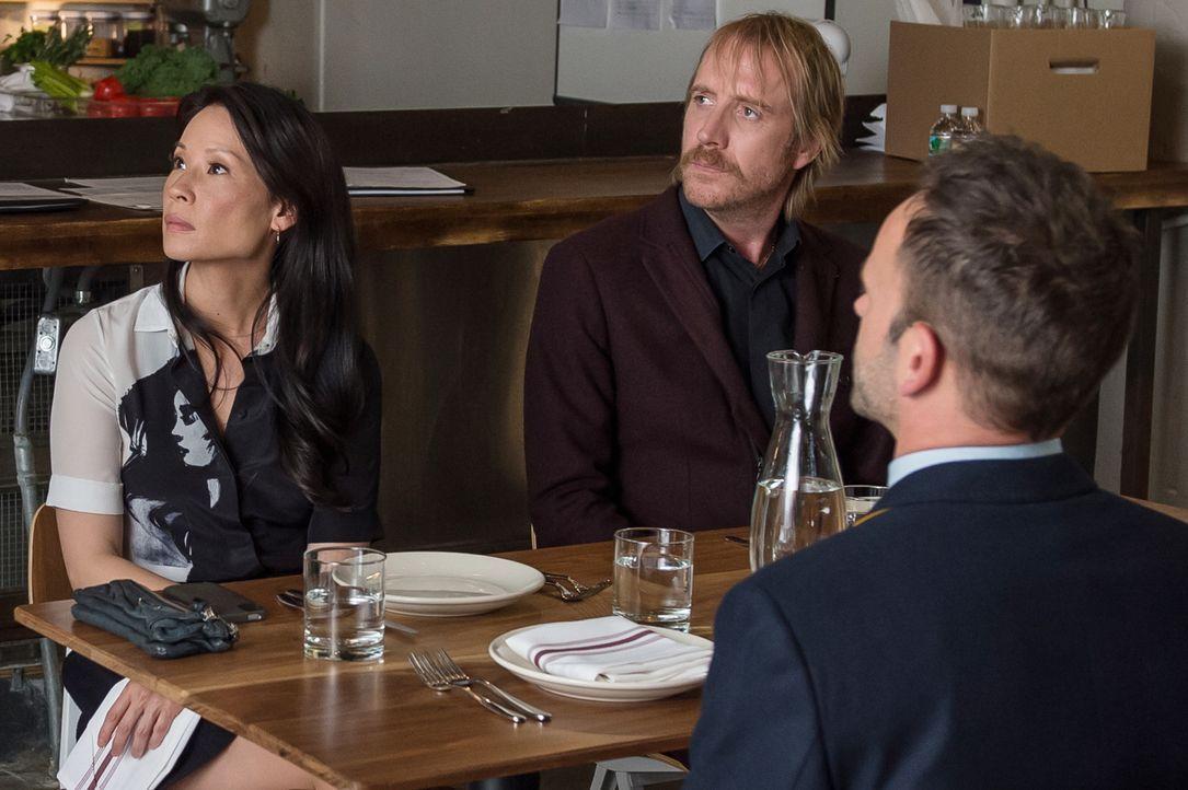 Ermitteln gemeinsam in einem neuen Fall: Sherlock (Jonny Lee Miller, r.), Joan (Lucy Liu, l.) und Mycroft (Rhys Ifans, M.) ... - Bildquelle: CBS Television