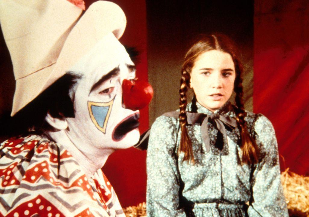 Der Clown London (Ken Berry, l.) ist offensichtlich sehr traurig. Laura Ingalls (Melissa Gilbert, r.) will wissen, was ihn bedrückt ... - Bildquelle: Worldvision
